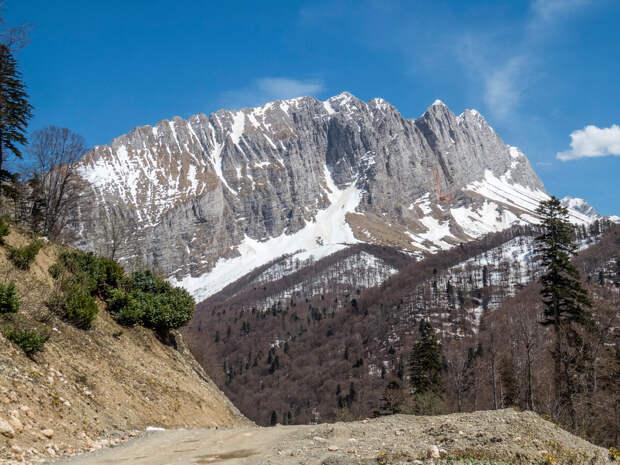 Вид с дороги на скальный гребень горы Фишт.