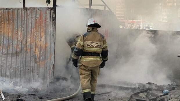 Краснодарские спасатели борются с крупным пожаром на Новороссийской