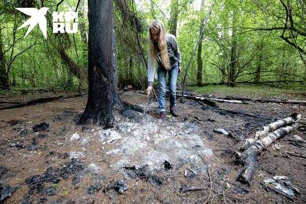Белая масса у ног девушки — все, что осталось от их жилья Фото: Андрей АБРАМОВ