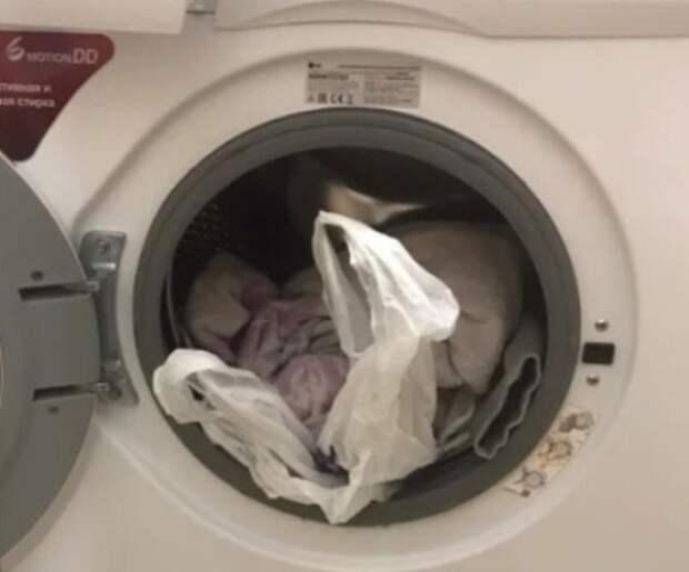 Перед стиркой в барабан стиральной машины положите целлофановый пакет. Эффект потрясающий!
