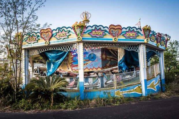Заброшенный японский парк развлечений на снимках