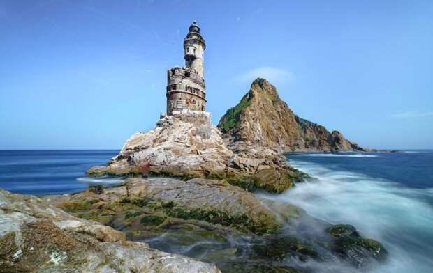 Заброшенный японский маяк на скале в южной части острова Сахалин, Андрей Грибов заброшенные здания, маяк, просторы, россия, церкви