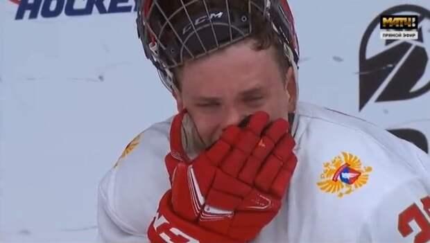 Хоккеист сборной России расплакался прямо на льду после поражения от Канады в финале ЮЧМ: фото плачущего Юрова