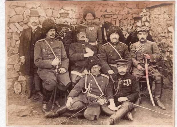 Русские и японские офицеры после капитуляции гарнизона Порт-Артура. Ноги второй слева во втором ряду. Справа от него (относительно фотоаппарата) комендант города А. М. Стессель.