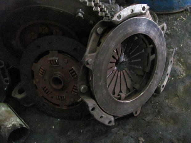 Частые ошибки водителей, которые могут «угробить» сцепление