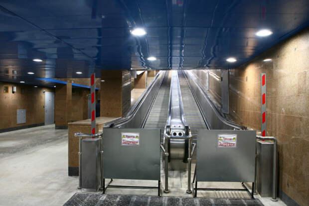 Пенсионеры Фрунзенского района Петербурга жалуются на неработающие траволаторы в метро