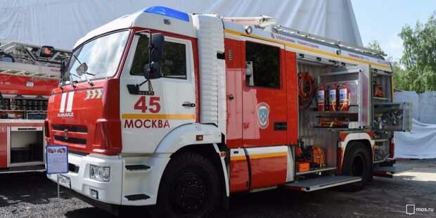 Загоревшийся мусорный контейнер на Синявинской тушили пожарные