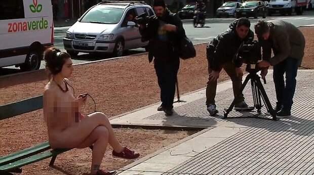 Женщины разделись догола перед парламентом Аргентины, чтобы доказать, что они не вещи