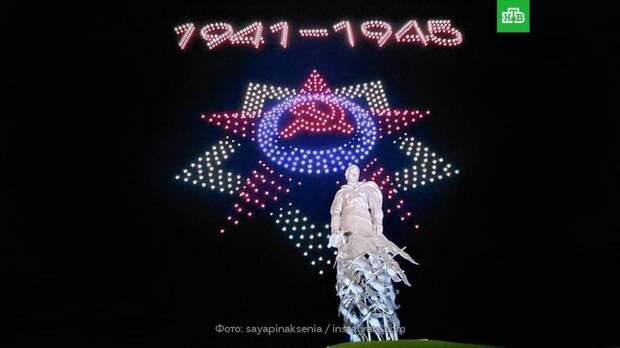 Над Ржевским мемориалом устроили световое шоу ко Дню Победы