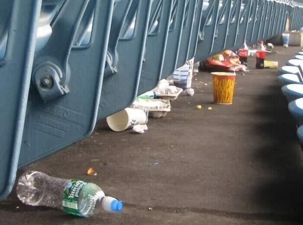 Футбольные фанаты остаются после матча, чтобы убрать за собой на стадионе