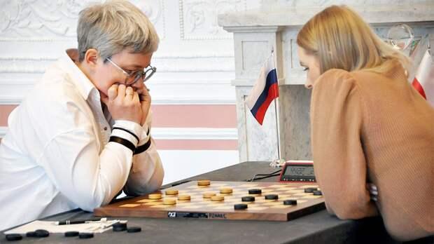 Скандал в шашках, на который среагировал даже Кремль. У русской чемпионки мира забрали флаг прямо во время матча