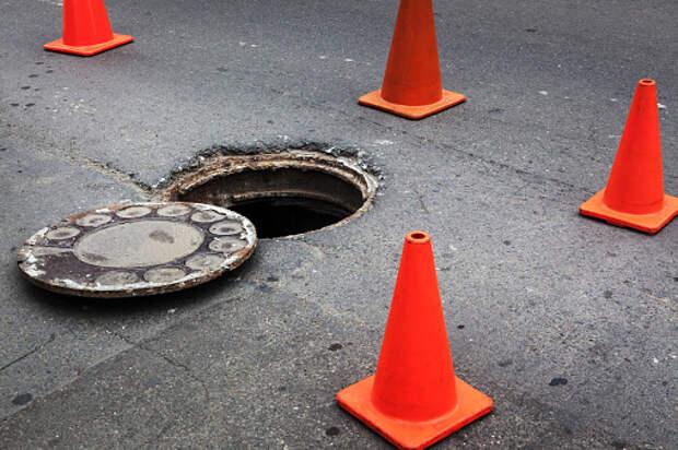 Коммунальщики устранили просадку грунта вокруг люка на Академика Комарова