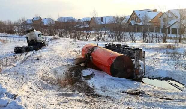 Врезультате ДТП под Оренбургом произошел разлив нефтепродуктов