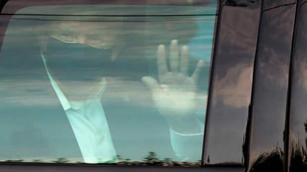 Через три дня после госпитализации Дональд Трамп проехал на внедорожнике мимо выстроившихся рядом с больницей сторонников и помахал им рукой