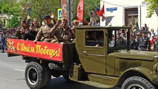 Парад в честь Дня Победы в Севастополе возглавил легендарный танк Т-34