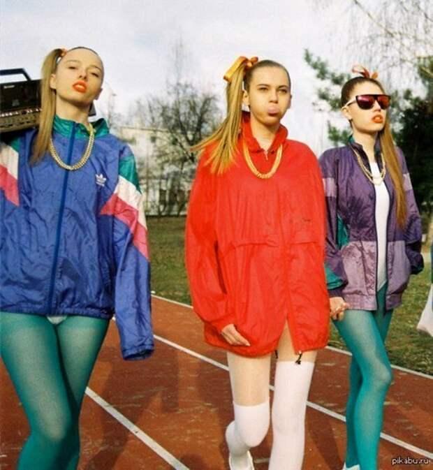 Кажется, что в 90-е на вырост брали вещи люди всех возрастов. /Фото: livejournal.com