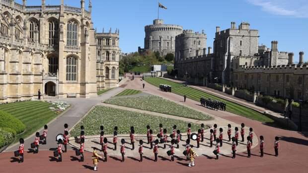 Полуголая британка устроила переполох на похоронах принца Филиппа