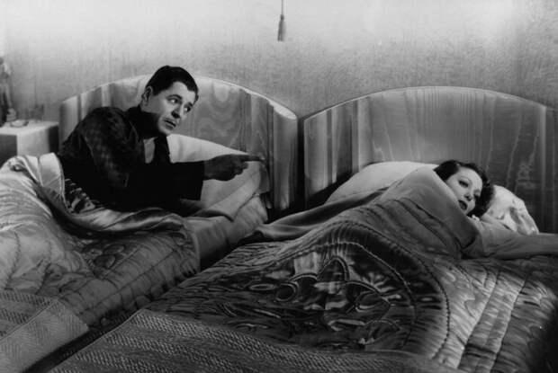 Если герои лежат в постели, одна нога должна стоять на полу интересное, кино, постельные сцены