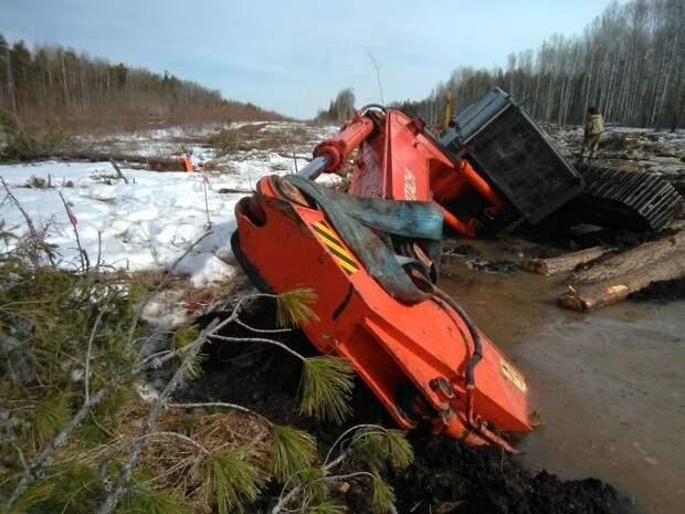Не бросили товарища: экскаваторы спасают своего увязшего собрата авто, болото, весна, спасение, строительна техника, экскаватор