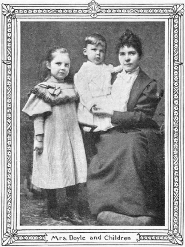 Первая жена Артура Конан Дойла Луиза Хокинс с детьми Мэри и Кингсли.