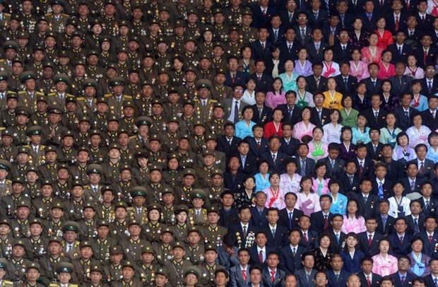 Военные и гражданские в Северной Корее на стадионе Ким Ир Сена. жизнь, интересные, фото