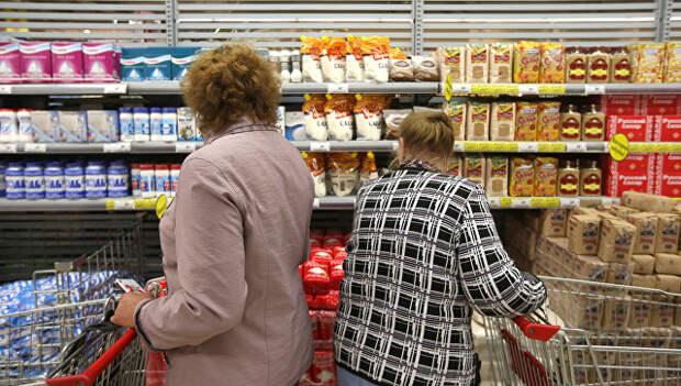 Покупатели в торговом зале супермаркета. Архивное фото