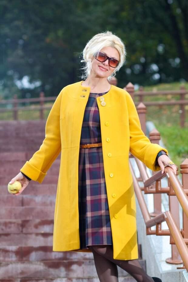 Женщина в приталенном желтом пальто. /Фото: inter-moda.ru