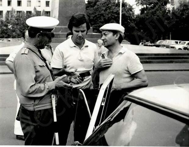 Сотрудник ГАИ о чем-то беседует с актером Георгием Вициным, Москва, 1970-е годы.