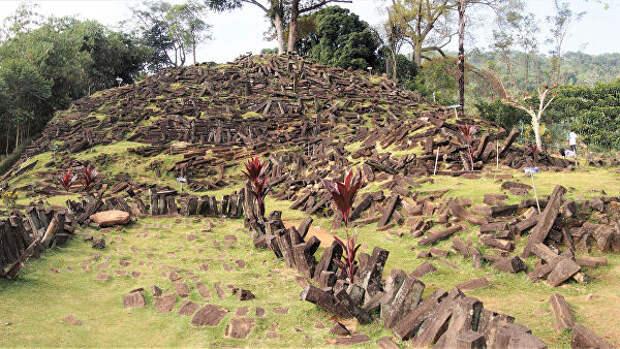 Геологи нашли загадочную древнюю пирамиду в лесах Индонезии