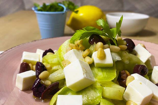 Вкусный салат из сырых кабачков, сыром и кедровым орехом