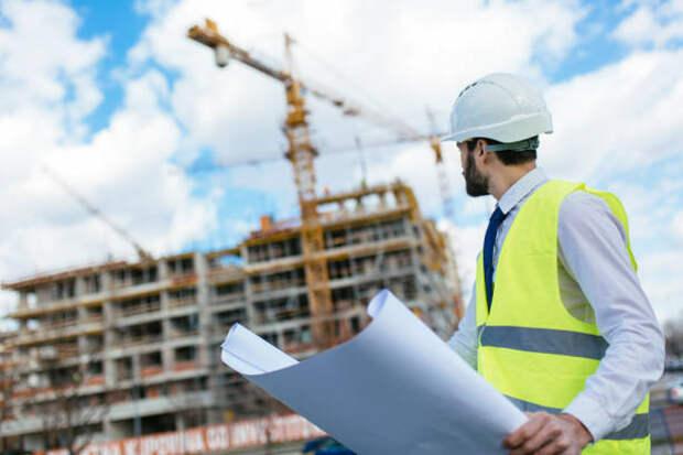 средний взрослый архитектор, смотря в сторону строительной площадки - строительство стоковые фото и изображения