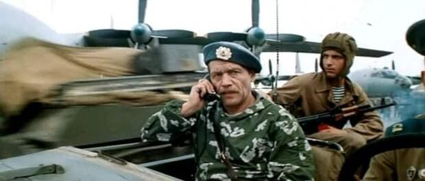 """Командир полка ВДВ. Забавно, то на командире -- камуфляж в расцветке """"березка"""", разработанный аж в 1944 году. Позади него десантник в обычной прыжковой форме советского ВДВ 70х-80х."""