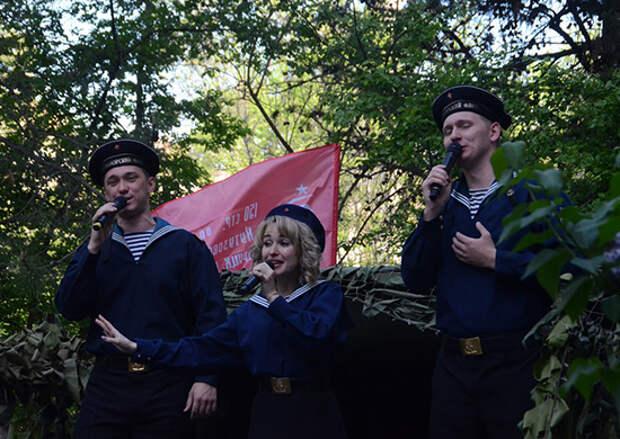 В День Победы артисты Ансамбля песни и пляски Черноморского флота провели передвижные концерты для жителей города Севастополя