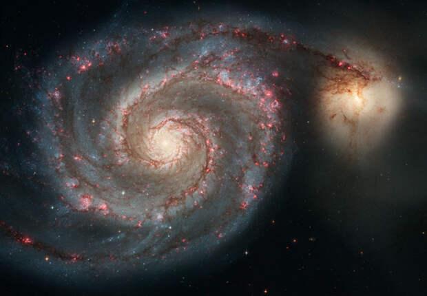 Рис. 1.2. M51 — галактика со спутником. Фото: космический телескоп «Хаббл» (NASA/ESA) («Происхождение и эволюция галактик»)