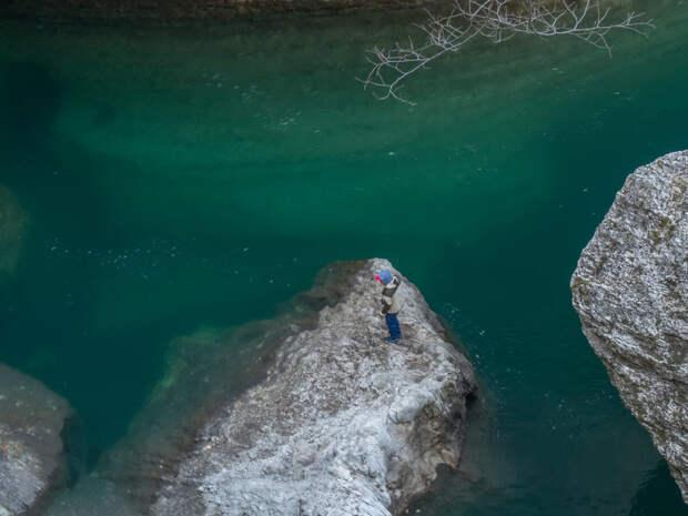 Видно, как глубоко вниз уходят береговые скалы.