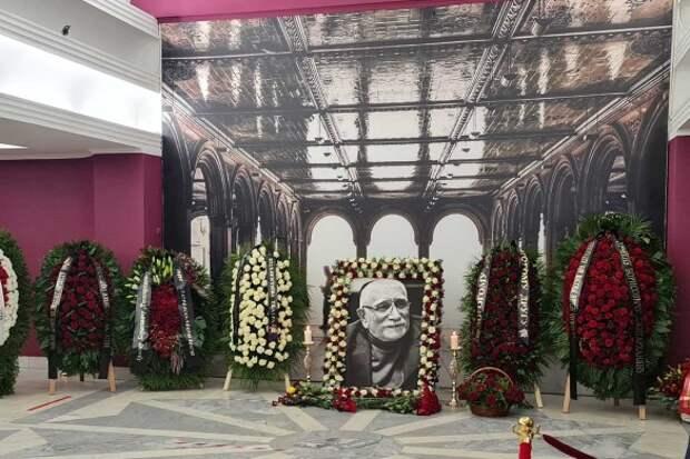 Горе: могила Джигарханяна утонула сразу после похорон