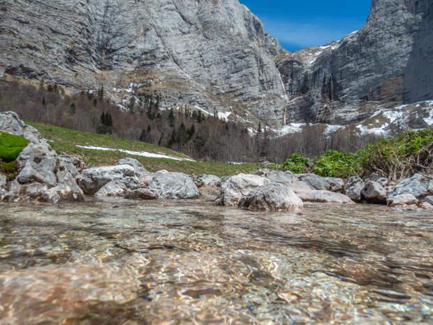 Истоки реки Пшеха, вдали виден Пшехский водопад.