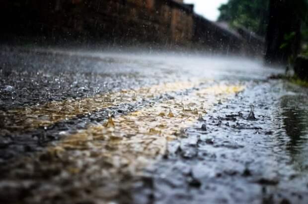Автоэксперт поделился правилами безопасного вождения во время дождя