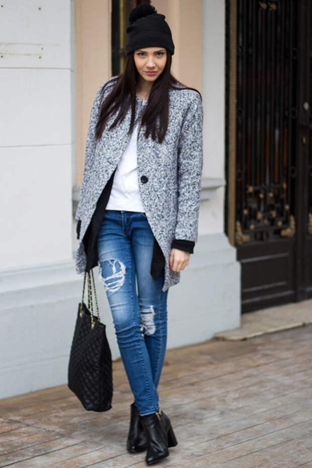 Девушка в пальто и темной шапке