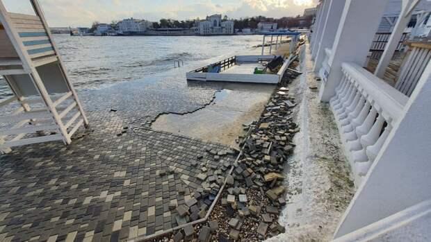 Многократно смытую морем плитку снова укладывают в Севастополе