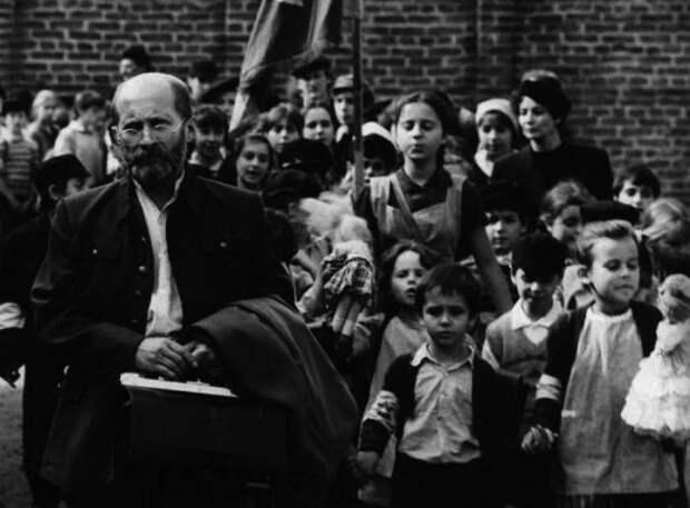 Корчак со своими воспитанниками в гетто