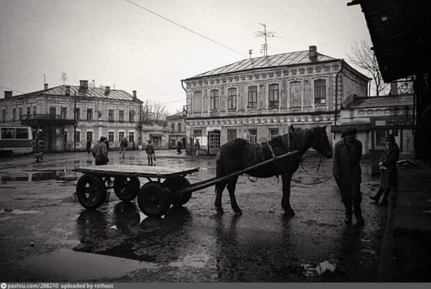 Торговцы на колхозном рынке в Казани всё ещё использовали гужевой транспорт. история, факты, фото
