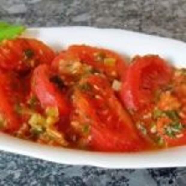 Тушеные помидоры с чесноком и луком.