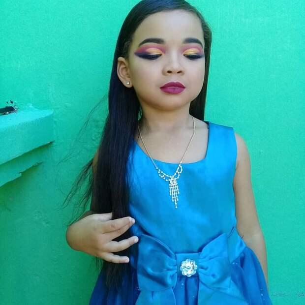 «Зачем?»: В Сети осудили матерей, которые красят своих маленьких дочерей