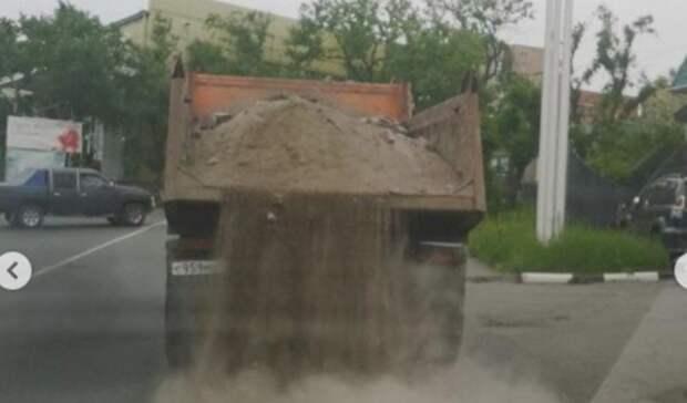 В январе надо было: во Владивостоке в июне дорогу посыпали песком