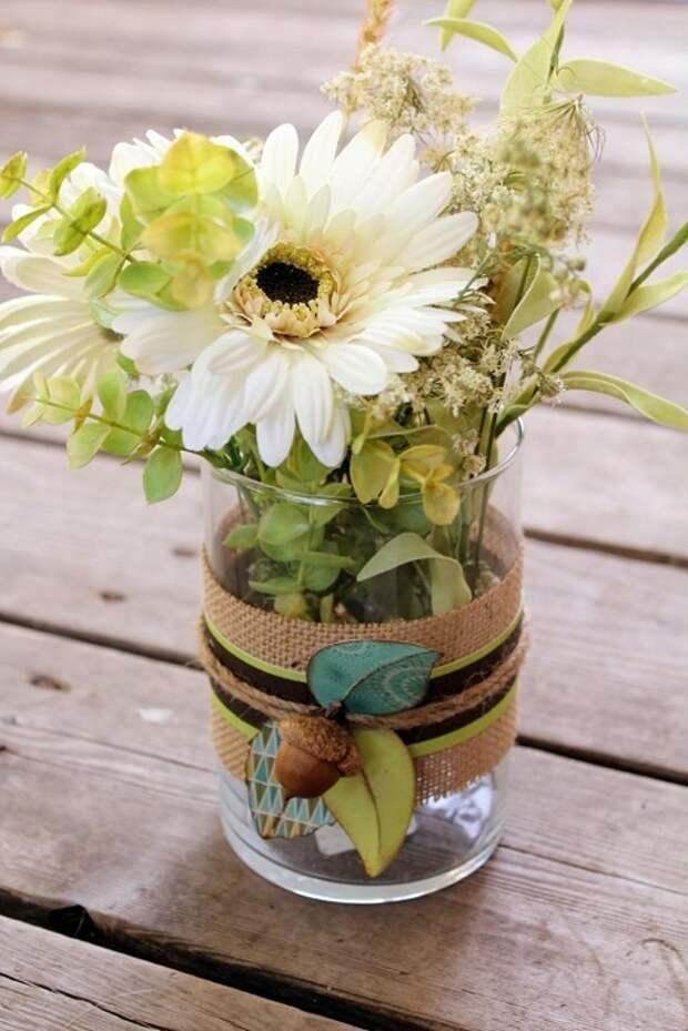Симпатичное решение облагородить обычную прозрачную вазу при помощи мешковины и аксессуаров.