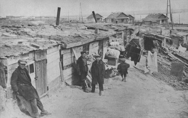 Строители Днепрогэса у своего жилья. СССР. Начало 1930-х . Иностранные специалисты жили в других условиях.