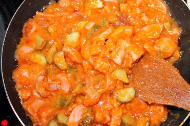 Мясные продукты + огурцы + сливочное масло + томатная паста + мука + бульон = колбаса с соусом.