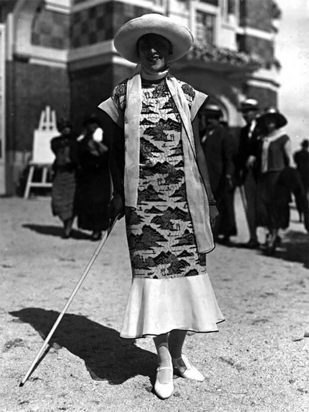 Шелковое платье в восточном стиле Стиль, винтаж, двадцатые, женщина, мода, прошлое, улица, фотография