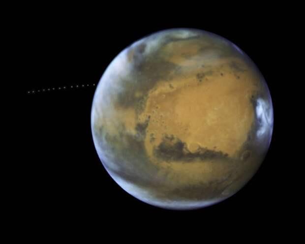 Телескоп NASA Хаббл запечатлел крошечную луну на орбите Красной планеты